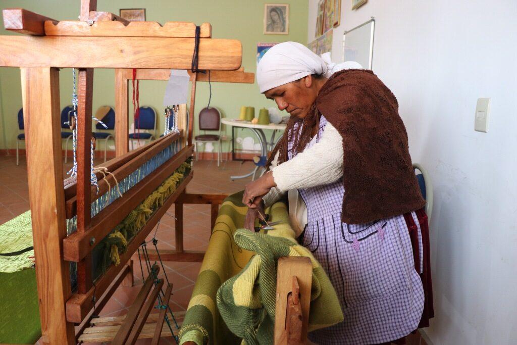 Mujer tejiendo_Proyecto de la Asociación Nuevos Caminos - Nous Camins