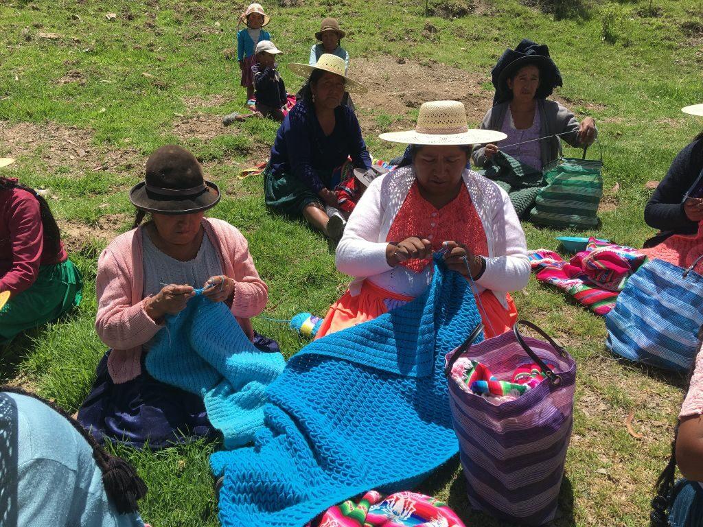 Dos mujeres rurales de Bolivia tejiendo_Proyecto de la Asociación Nuevos Caminos - Nous Camins
